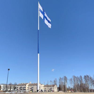 Lippu liehuu Haminan suurlippuntagossa