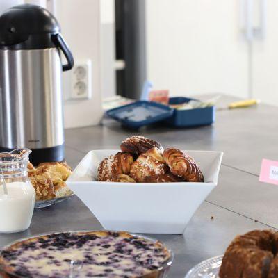 Kahvitarjoilu, termoskannu, pullavati, kakku, piirakka.