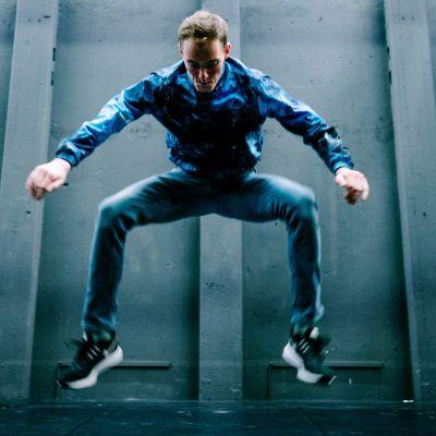 Damian Szczegielniak näyttää jumpstylen perusaskeleet ja mallia freestylestä