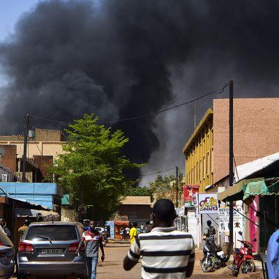 Räjähdyksestä nousee tummaa savua Ouagadougoun taivaalle, Burkina Fasossa.