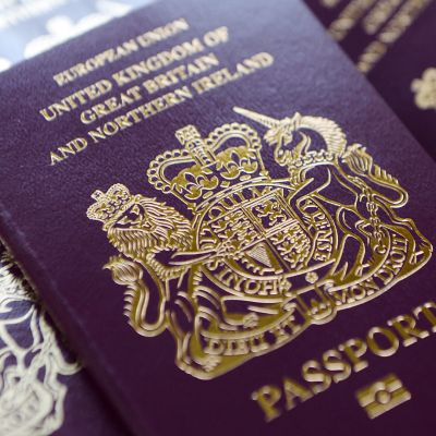 """Brittiska pass med texten """"Europeiska unionen"""" på pärmen."""