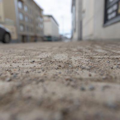 Jalkakäytävillä liukkaudentorjunnassa käytetään hiekoitushiekkaa.