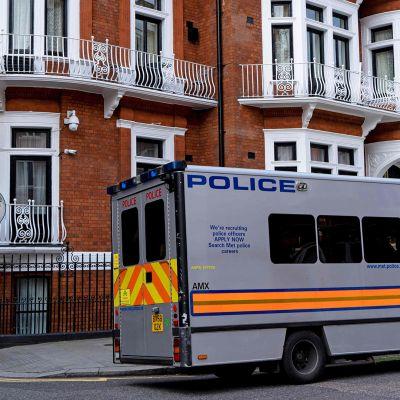 Poliisiauto kuvattuna Ecuadorin lähetystön edustalla Lontoossa 11. huhtikuuta Julian Assangen pidätyksen jälkeen.