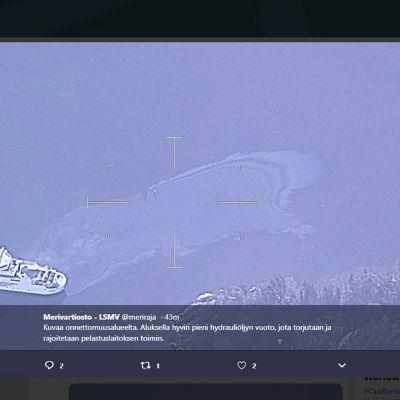 Kuvakaappaus Länsi-Suomen merivartioston twitter-tililtä 12. huhtikuuta, jossa näkyy karille ajanut yhteyslautta ja siitä mereen valunut hydrauliöljyn vuoto Ahvenanmaan Föglössä.