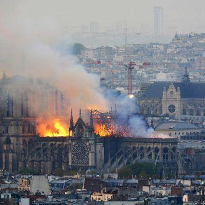 Notre Dame palaa Pariisissa 15. huhtikuuta.