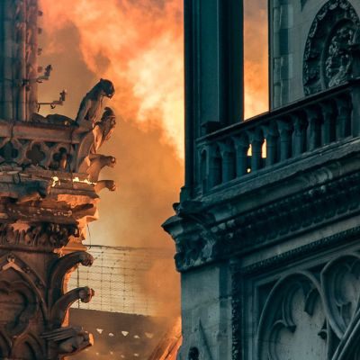 Notre Damen katedraalin torneja lähikuvassa palon aikaan.
