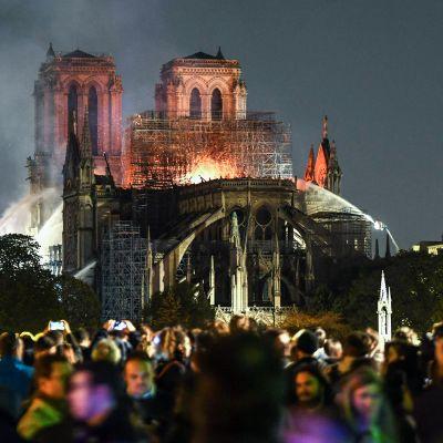 Ihmiset seurasivat Notre Dame -katedraalin sammutustöitä Pariisissa 15. huhtikuuta.
