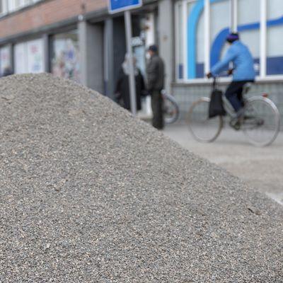 Kasa hiekoitushiekkaa kadun kulmassa.