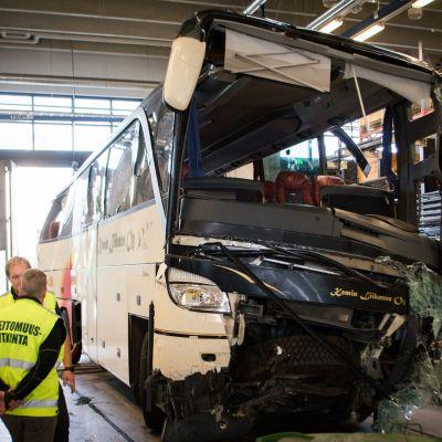Kuopion bussiturman onnettomuusbussi teknisessä tutkinnassa.