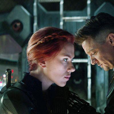Scarlett Johansson as Natasha Romanoff ja Jeremy Renner.
