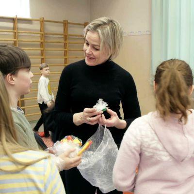 Taiteilija Kaisa Salmi työskentelee lasten kanssa.