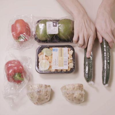 Elintarvikkeita pöydällä.