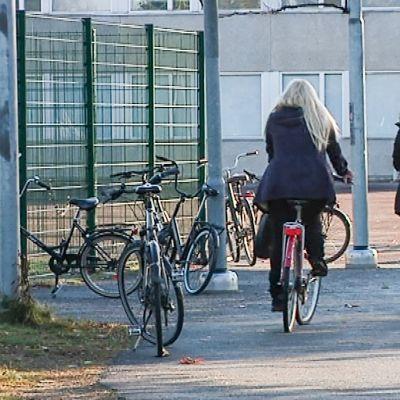 Oppilaita polkemassa Länsi-POrin kouluun
