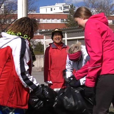 Talkoolaiset laittavat roskia jätesäkkeihin Jyväskylän Tourulassa.