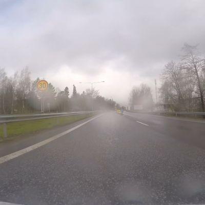 Moottoritiellä on 30 kilometrin tuntinopeusrajoitus ennen liittymätyömaata.