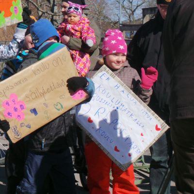 Lapsia mielenosoituksessa Reposaaren koulun puolesta.