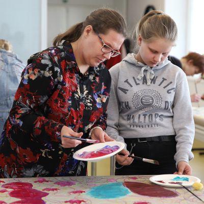 Äiti ja tytär maalaavat yhdessä
