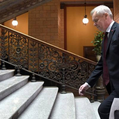 Antti Rinne saapumassa hallitusneuvotteluihin.