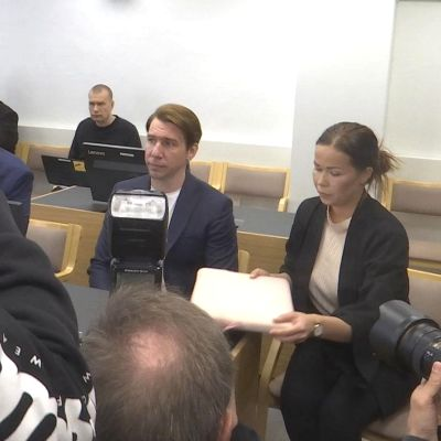 Aku Hirviniemi oikeudenkäynnissä Kanta-Hämeen käräjäoikeudessa.