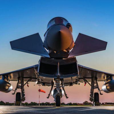 Eurofighter maassa, edestä kuvattuna.