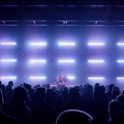 Artisti ja yleisöä klubilla ohjelmassa 24 tuntia Euroopassa