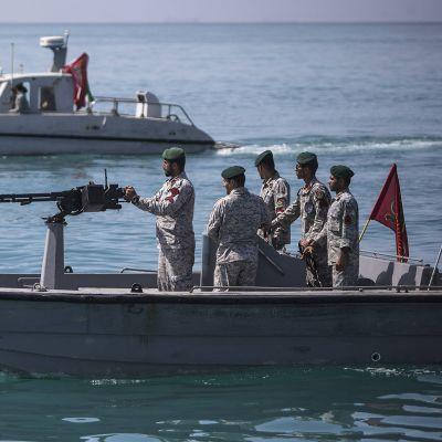 Iranin joukkoja Hormuzinsalmessa.