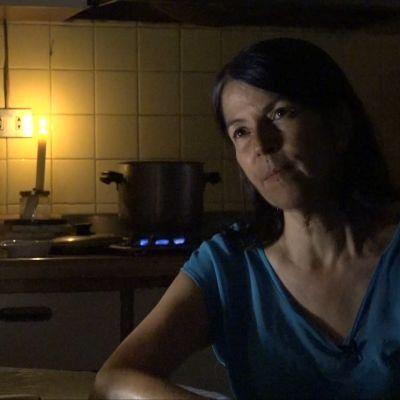 nainen kynttilänvalossa.