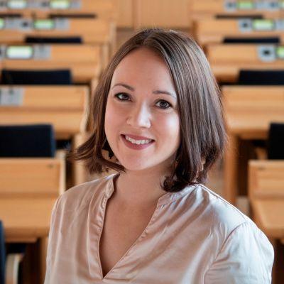 Liisa Ansala Rovaniemen kaupunginvaltuuston salissa