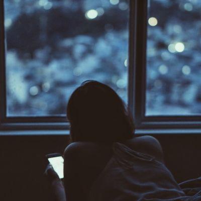 Tyttö selaa älypuhelinta