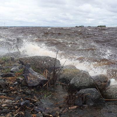 Aallot tyrskyää aallonmurtajaan