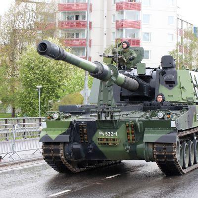 Panssarihaupitsi K9 Moukari oli yksi ohimarssissa nähdyistä Puolustusvoimien raskaista panssariajoneuvoista.