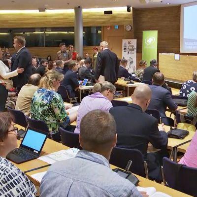 Kuvassa keskustan puoluevaltuuston ja eduskuntaryhmän jäsenet järjestäytymässä kokoussaliin.