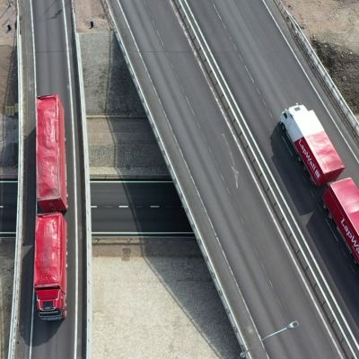 Kaksi rekkaa moottoritien liityymässä