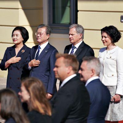 Etelä-Korean presidentti Moon Jae-in (toinen vasemmalta) vierellään puolisonsa sekä presidentti Sauli Niinistö ja puolisonsa Jenni Haukio katselevat vastaanottojuhlallisuuksia maanantaiaamuna 10. kesäkuuta 2019.