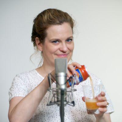 Tuulianna istuu mikrofonin takana limsatölkin kanssa.