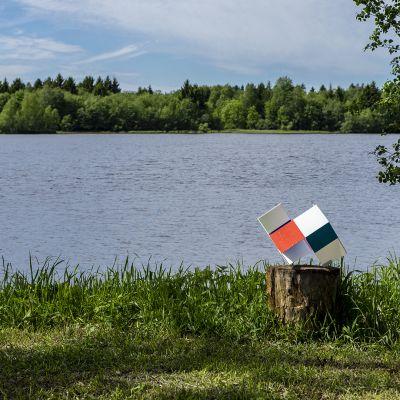 Taitelija Veikko Törmäsen taideteos Kuutioko Pikisaaren Pikinen Poluku-näyttelyssä keäslla 2019.