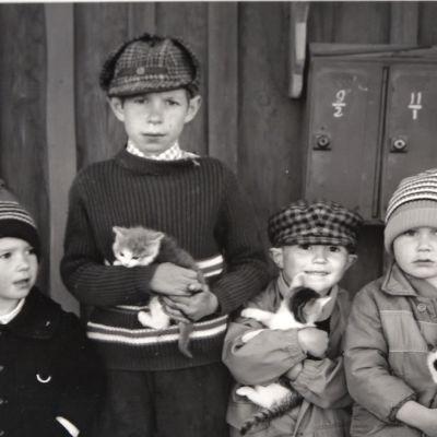 Pojkar fotograferade av Pentti Sammallahti.