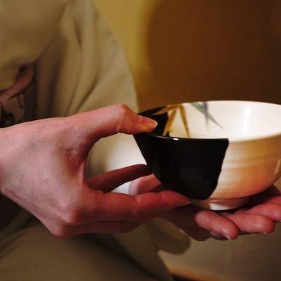 Kuinka kimono puetaan ja japanilainen teehetki vietetään? – Ylen toimittaja otti selvää