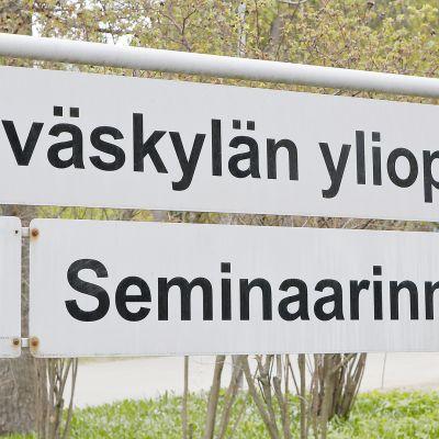 Jyväskylän yliopisto -kyltti.