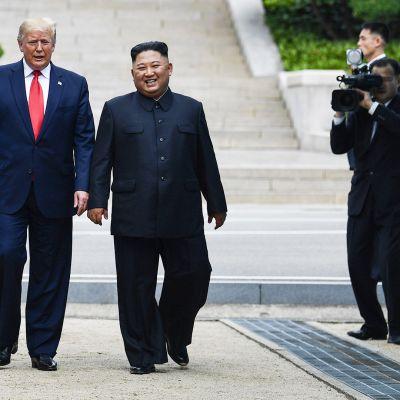 Trump ja Kim astuivat yhdessä Pohjois-Korean puolelle