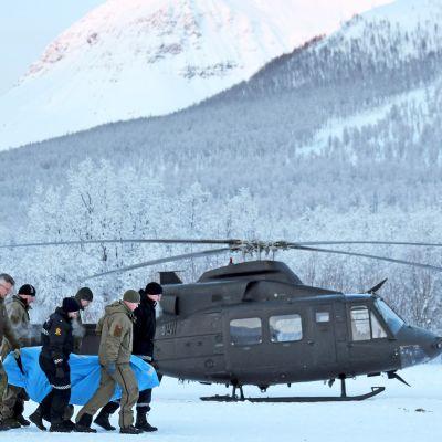 Etsintöihin osallistuneita poliiseja ja Punaisen Ristin vapaaehtoisia Tamokdalenissa Norjassa tammikuussa 2019.