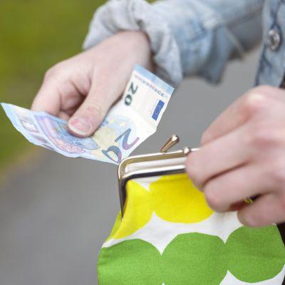 Nuori käsittelee rahaa.