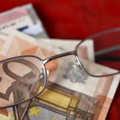 Silmälasit ja euroja.