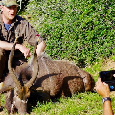 Norjalainen metsästysturisti kaatoi keväällä 2019 eteläafrikkalaisen suurtilan tiluksilla antiloopin.  Varoitus: video voi järkyttää herkimpiä katsojia, kuvissa näkyy kuollut hyppyantilooppi.
