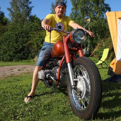 Kimmo Hämäläinen moottoripyöränsä selässä.