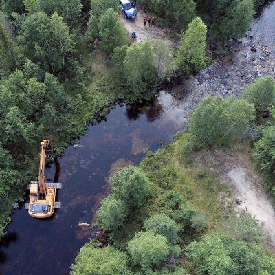 Kaivinkone kunnostaa Pakajoen Koirakoskea Muoniossa elokuussa 2019.