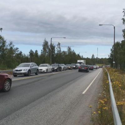 Siltatyömaan ruuhkat Perhonjoen sillalla valtatiellä 8.