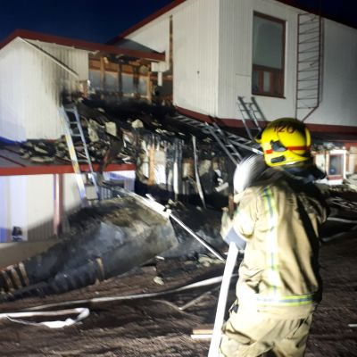 Palomies sammutustöissä Herajoen koululla Riihimäellä.