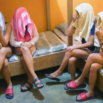 Tyttöjä pyyheliinat päässä.