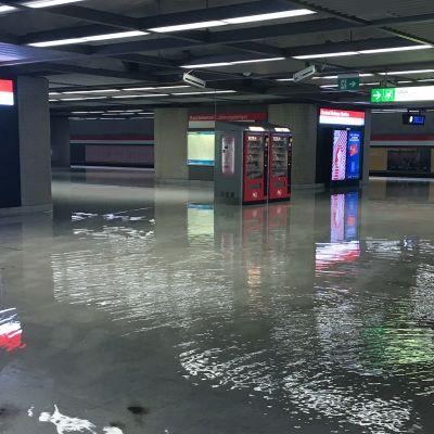 Rautatientorin metroasema tulvi Helsingissä 23. elokuuta.